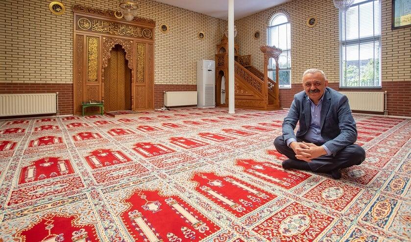 Sedat Tapan in de verlaten gebedszaal van de Selimiye moskee.