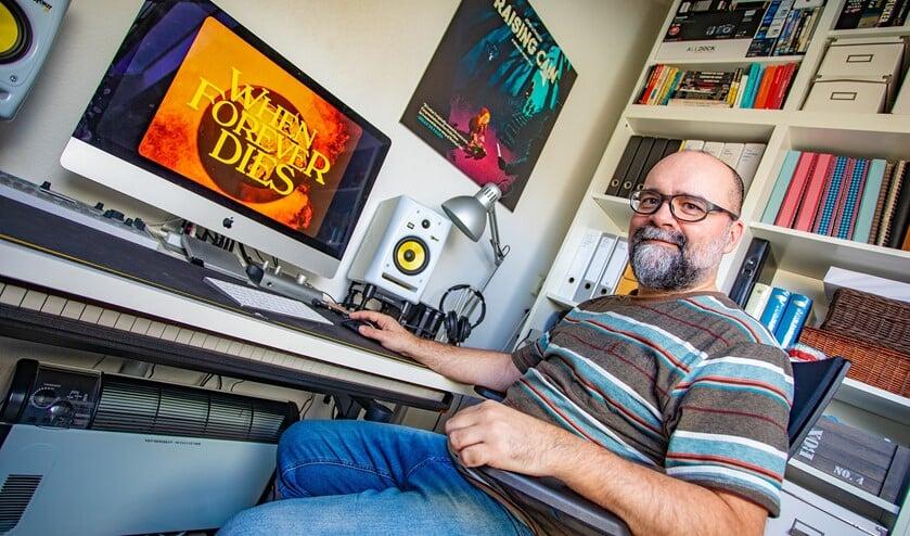 Regisseur Peet Gelderbom van 'When Forever Dies' thuis achter zijn bureau.