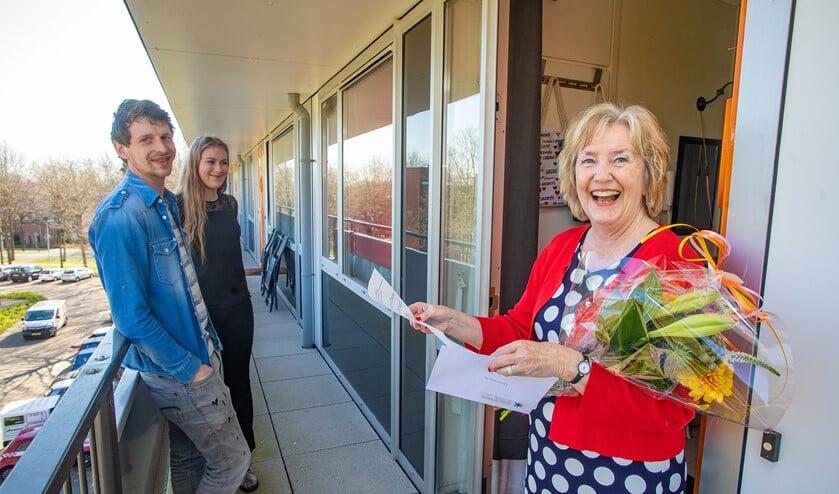 Activeringsmedewerker Annemarie is blij verrast met de bos bloemen die ze kreeg van TijdvoorMeedoen.