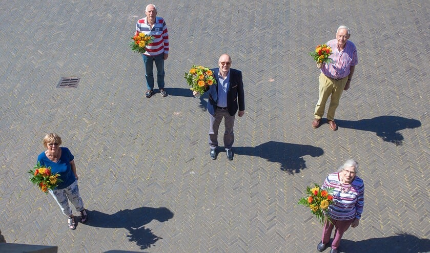 Robert Harsevoort, in het midden, kreeg in Gooise Meren een koninklijke onderscheiding.
