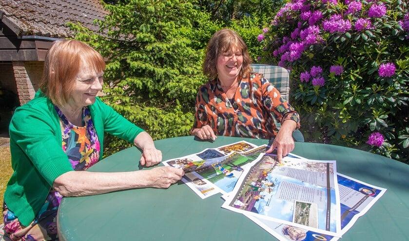 Ineke (l) en Darja bekijken de drukproeven van de juniorversie van de Canon van Huizen.