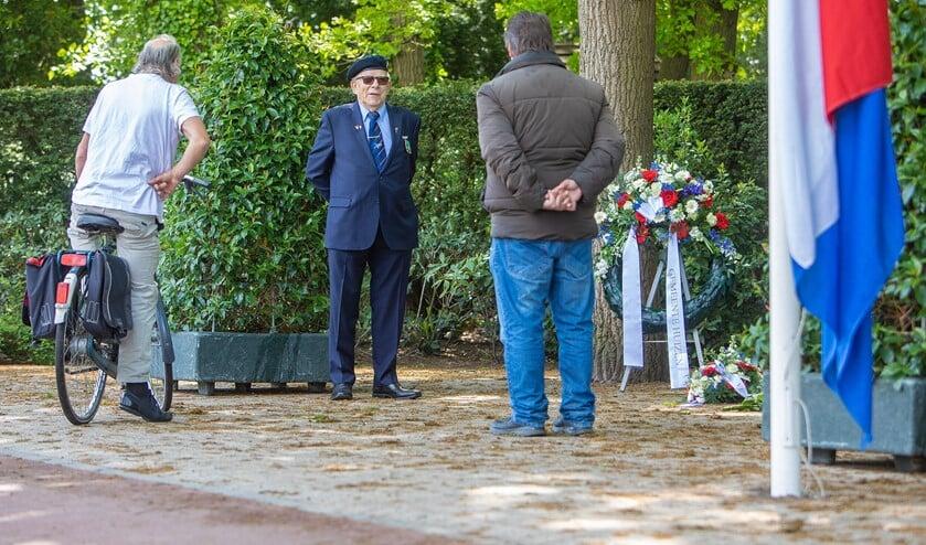Veteranen houden de hele dag een erewacht bij het monument op het Prins Bernhardplein.