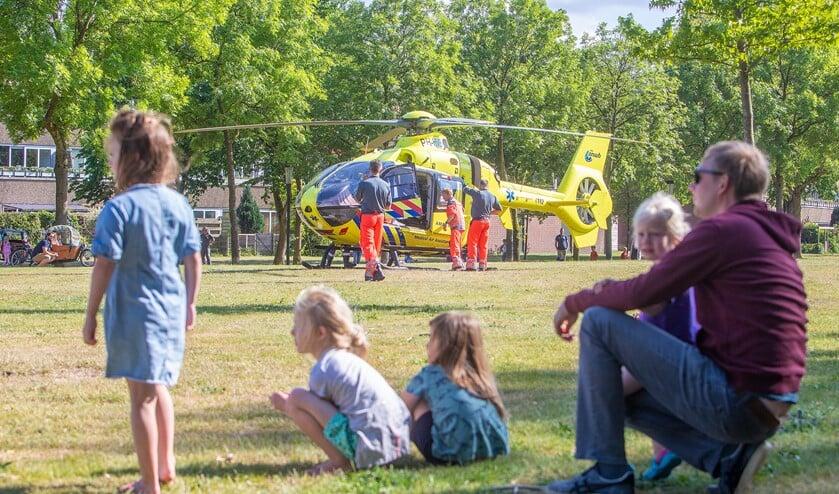 De traumahelikopter landde in het parkje bij De Maten en trok bekijks van zo'n 150 mensen.