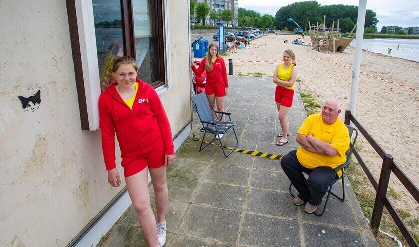 De strandwachten moeten ook rekening houden met alle coronamaatregelen.