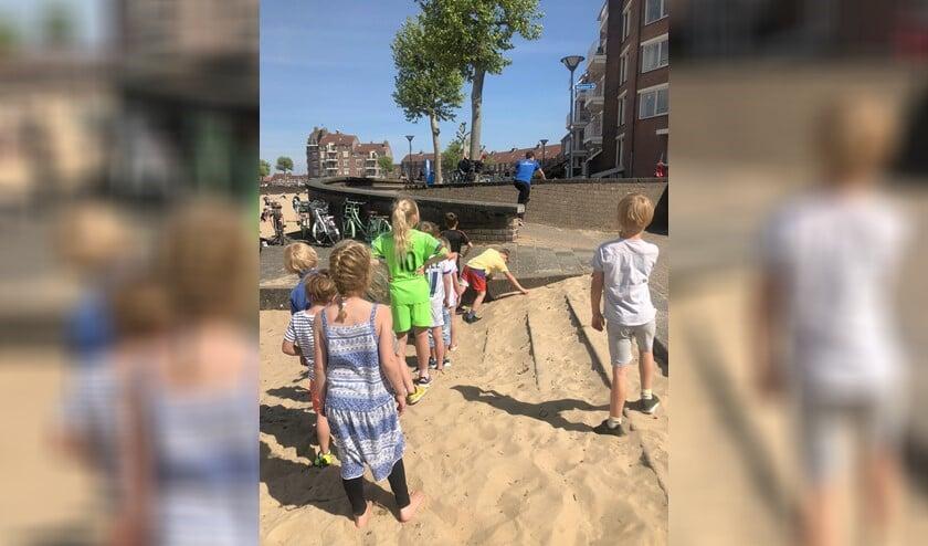 Tientallen kids deden gisteren mee aan Kidz Move op en rond het strand aan de Zomerkade.