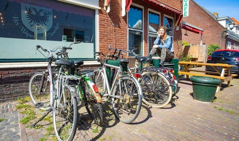 Cathy Burger zou dolgraag dit plekje, waar al tijdenlang fietsen ongebruikt staan, bij haar terras willen trekken.