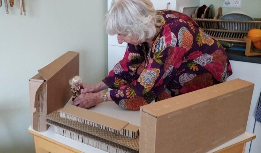 Een van de bewoners van het Rosa Spier Huis aan de slag met het project.