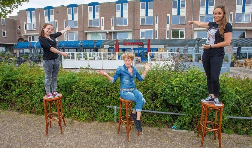 Aina, Ria en Yakima laten alvast zien waar straks ook een terras komt om gasten te ontvangen.