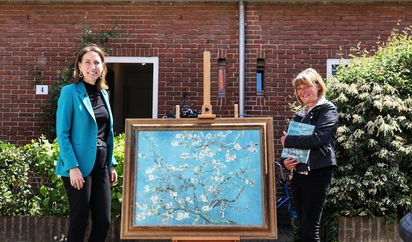 Emilie Gordenker (algemeen directeur Van Gogh Museum) overhandigt Saskia uit Bussum haar eigen 'Amandelbloesem'.