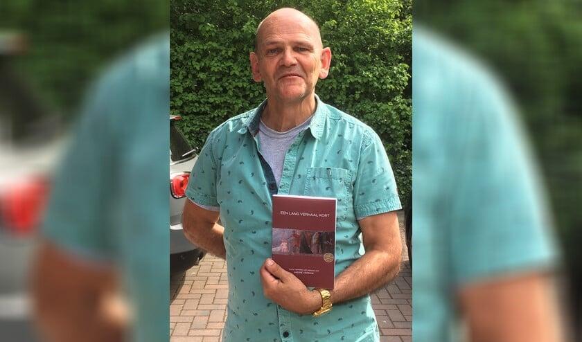 André Verkaik met zijn nieuwe boek 'Een lang verhaal kort'.