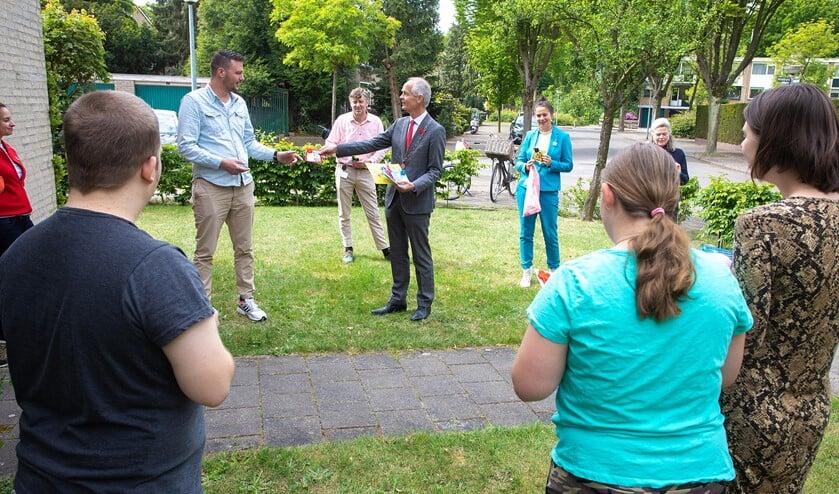 Burgemeester Niek Meijer overhandigde gisteren klaverkaarten aan Stichting Philadelphia Zorg op de Disselweg 9.