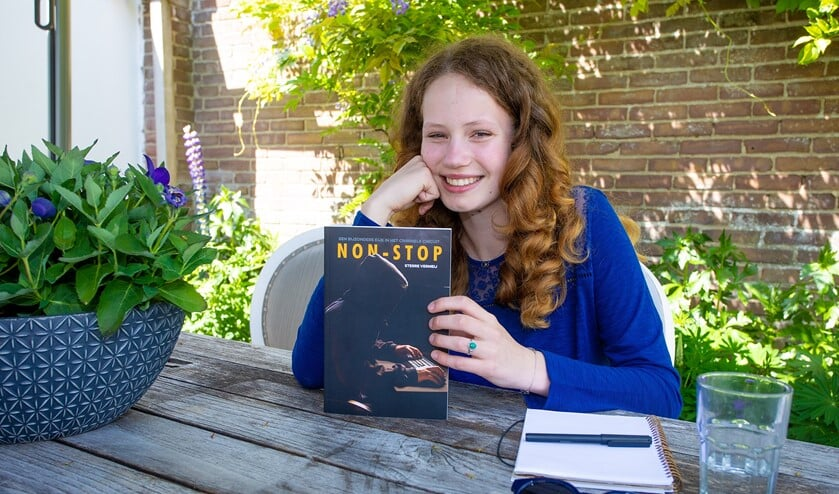 Sterre met haar zojuist verschenen boek Non-Stop.