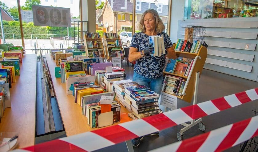 In de bibliotheek zijn de nodige coronamaatregelen genomen. Zo gaan de boeken bij binnenkomst 72 uur in quarantaine.