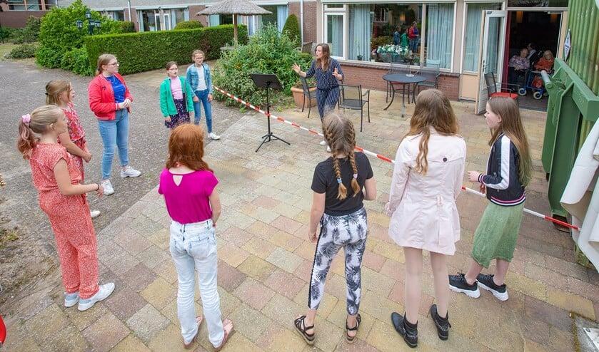 Een deel van het koor Jong Holland trad op voor bewoners van Voor Anker.