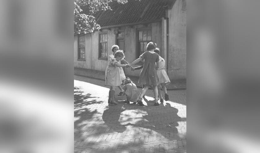 Tussen deze spelende meisjes staat ook Ettel Weiss (met witte baret). Zij werd op 15-jarige leeftijd in Sobibor vergast. De foto dateert uit 1939.