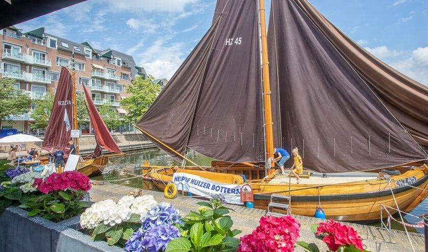 Links de schouw en rechts de botter in de havenkom in de Oostermeent.
