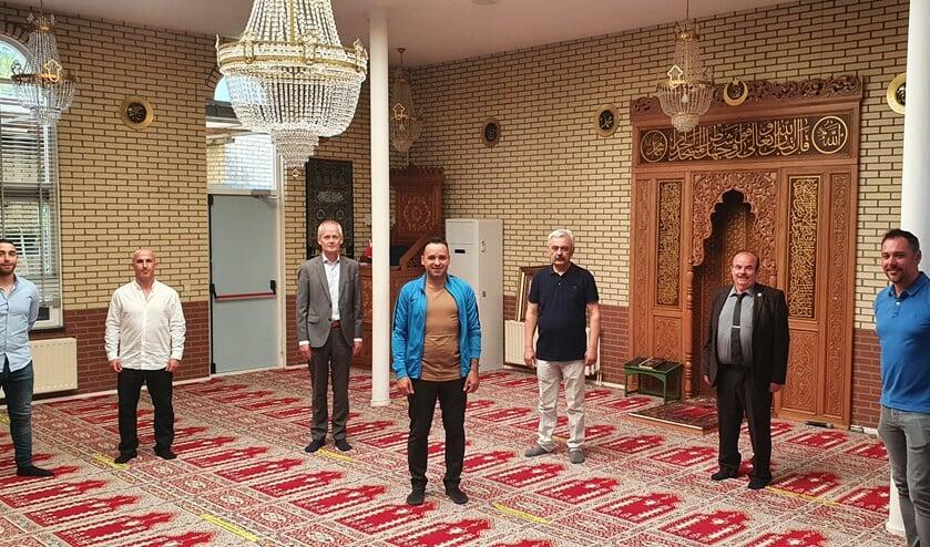 Burgemeester Niek Meijer kwam langs om te kijken hoe de coronamaatregelen in de moskee zijn toegepast.