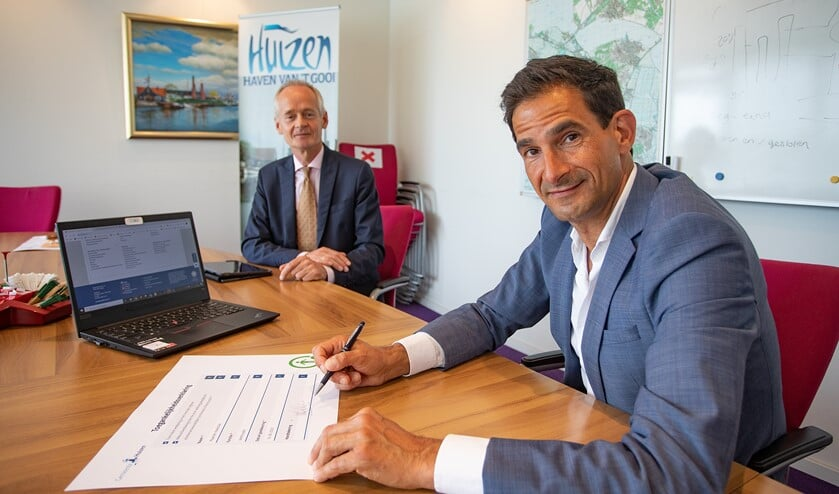 Wethouder Maarten Hoelscher tekent de toegankelijkheidsverklaring in aanwezig van burgemeester Niek Meijer.