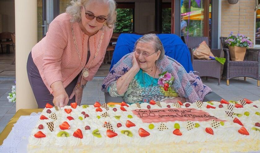 Een supertaart voor de honderdjarige mevrouw Linschoten