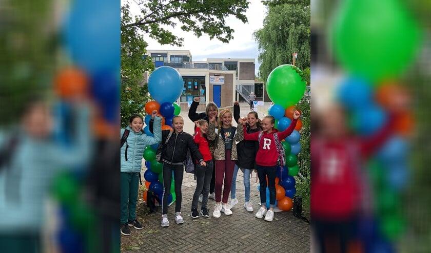 Ballonnen, muziek en een cadeautje voor de leerlingen en leerkrachten van De Tweemaster.