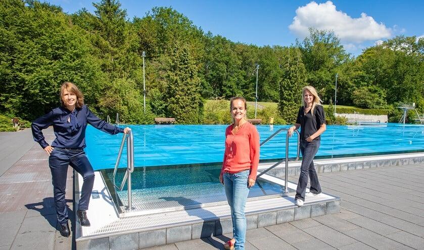 Esther, Adelinde en Nicole mochten even het zwembad in om voor de foto te poseren.