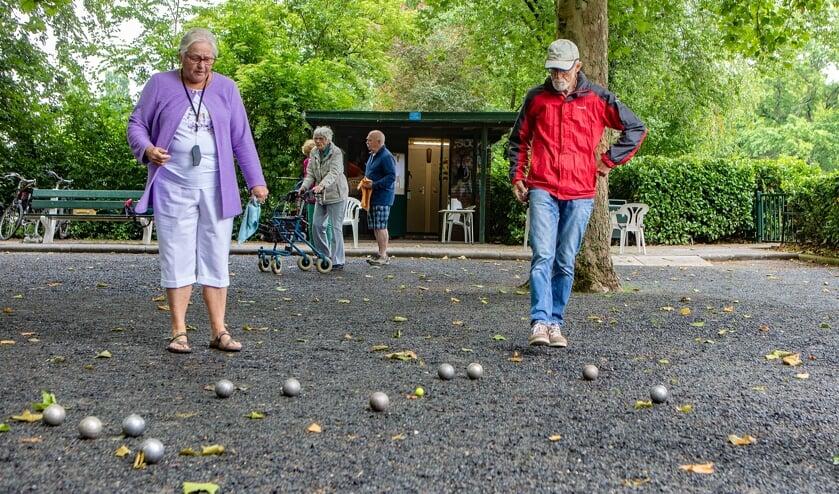Aan de Ceintuurbaan wordt elke dag jeu-de-boules gespeeld.