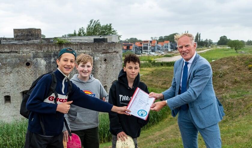 v.l.n.r.: Frederik Smelt, Thomas de Graaf, Max Verdoes en burgemeester Han ter Heegde
