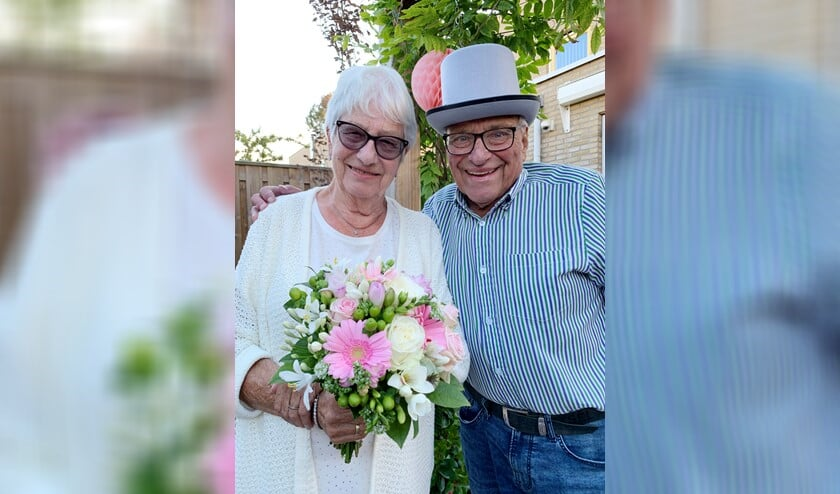 Voor de gelegenheid werd het bruidspaar voorzien met een hoge hoed en bruidsboeket.