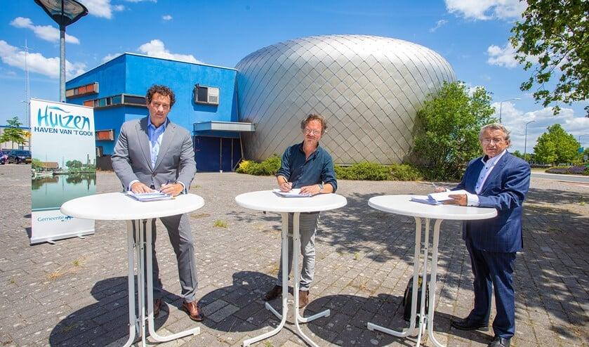 Van links naar rechts: wethouder Roland Boom, ontwikkelaar Kaspar van Eijl en erfpachthouder Giovanni van Eijl.