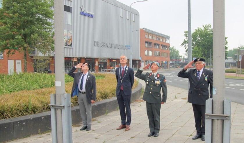 De veteranen salueren nadat een speciale vlag in de mast is gehesen door de burgemeester.