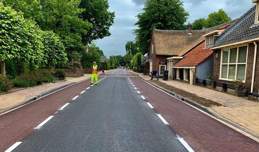 De Wakkerendijk tussen de Laarderweg en de Kerkstraat is al voorzien van een nieuwe asfaltlaag.