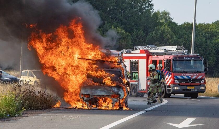De auto had matrassen op het dak die dubbel klapte en daarom was de bestuurder staandegehouden. Bij het starten om verder te gaan, ging het mis.