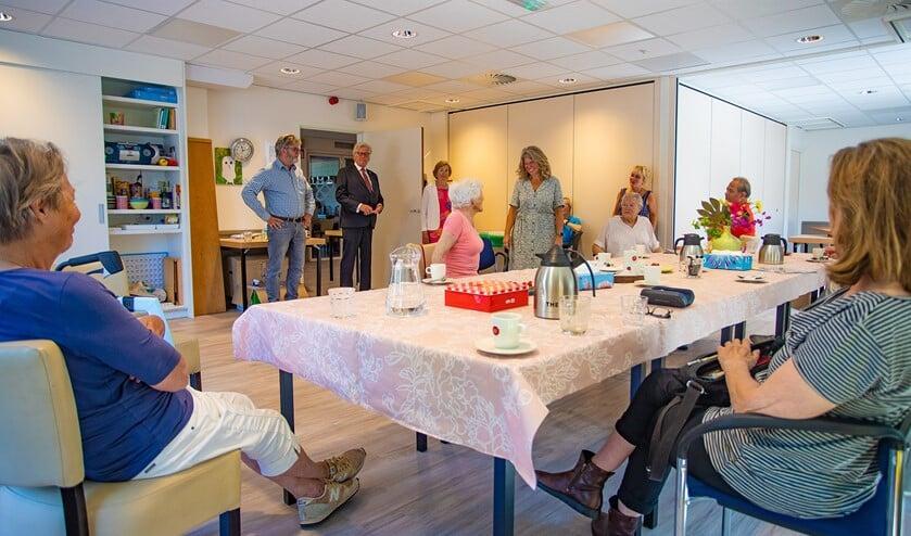 Wethouder Gerard Knoop (midden achterin) bezocht vandaag De Blaercom.