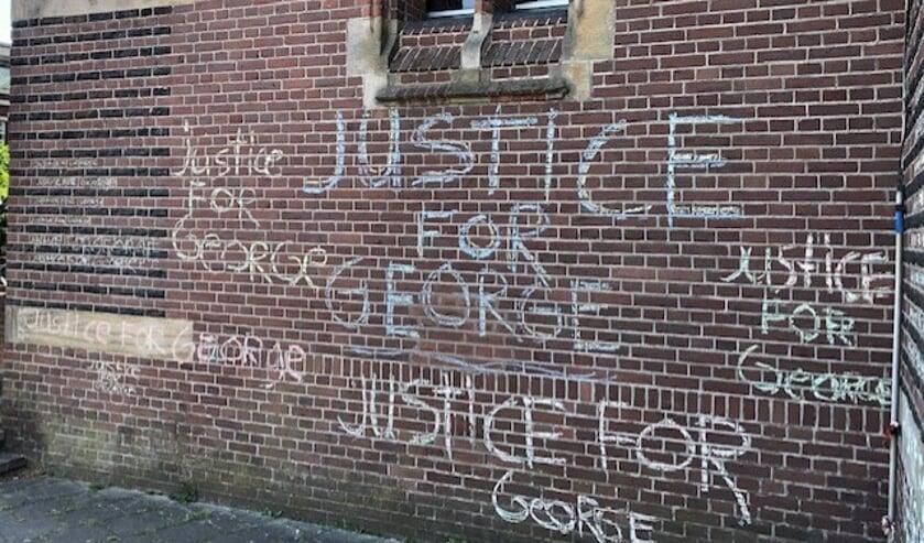 De tekst staat ook op de voormalige Vredekerk.