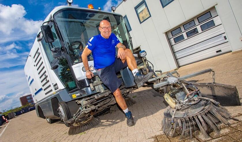 Johan Snijders bij de 'Mercedes' onder de veegmachines, waar hij met veel plezier op werkt.