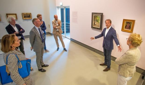 Jan Rudolph de Lorm vertelt burgemeester en wethouders enthousiast over de nieuwe aanwinst in het museum.