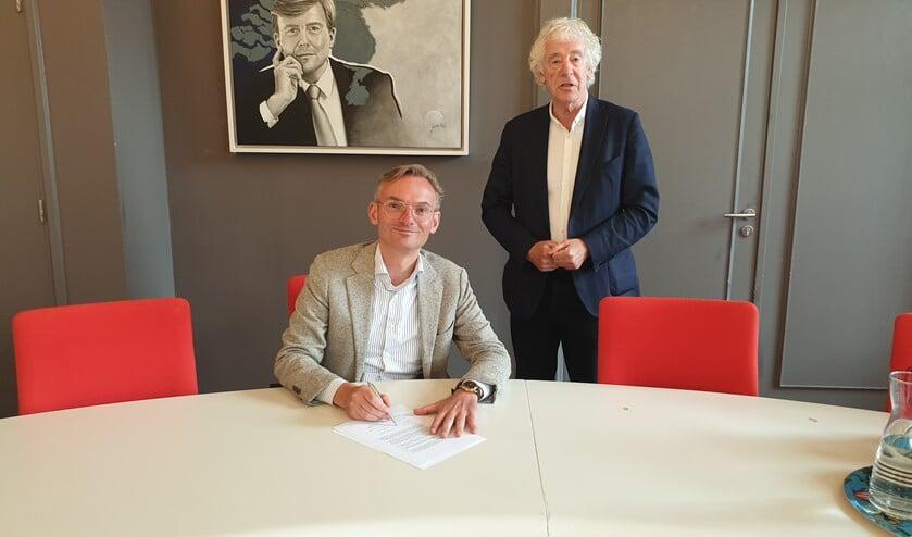 Burgemeester Nanning Mol ondertekent de brandbrief, die een initiatief is van wethouder Peter Calis.
