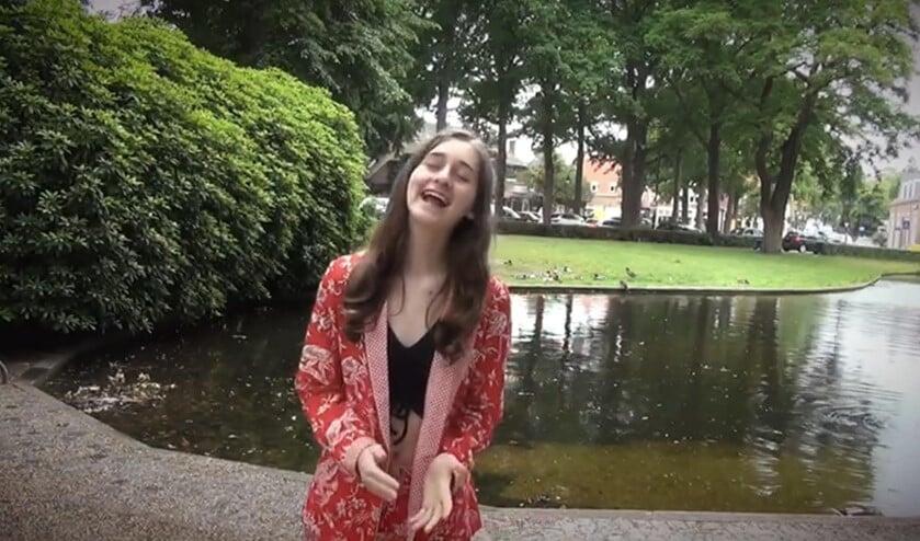 Dolce Beringer tijdens de opnamen van haar videoclip.