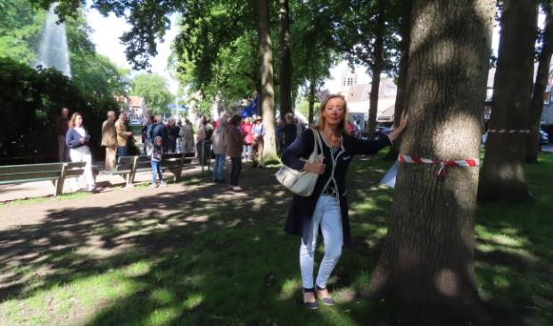 Jacqueline Timmerman van Liberaal Laren bij een van de bomen die moet sneuvelen.