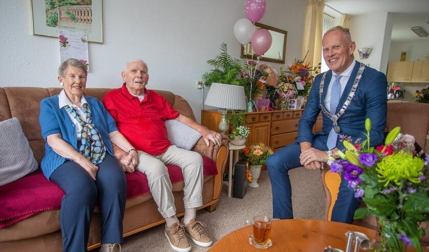Burgemeester Ter Heegde kwam vanmiddag op bezoek bij Wim en Bep Bree.