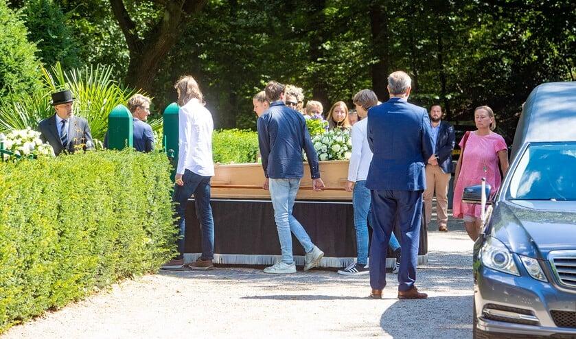 <p>Kleinkinderen escorteren de kist bij aankomst op de begraafplaats.</p>