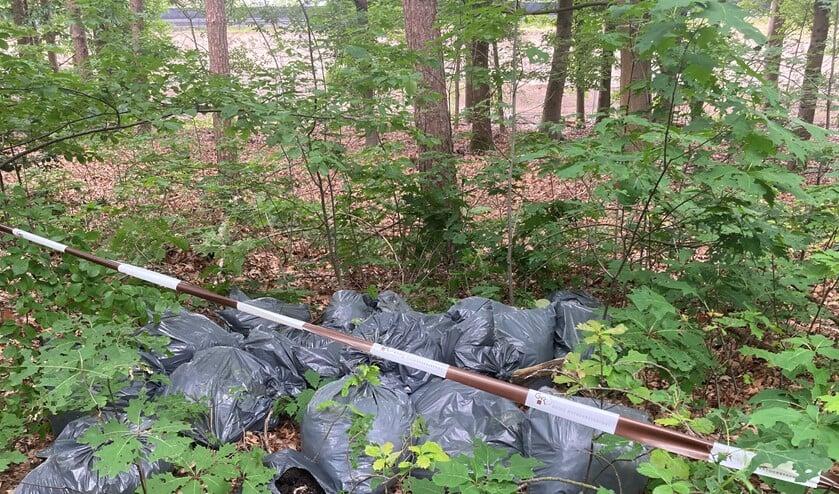 Stapels met vuilniszakken worden er onder andere aangetroffen door de boswachters.