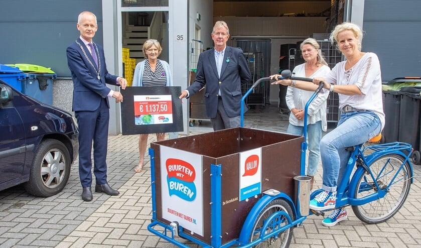 Burgemeester Niek Meijer mocht de cheque van Buurten met Buren overhandigen aan de voedselbank.