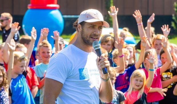 <p>Juvat, ambassasdeur voor Jongeren Op Gezond Gewicht, laat de kinderen een hand opsteken.</p>