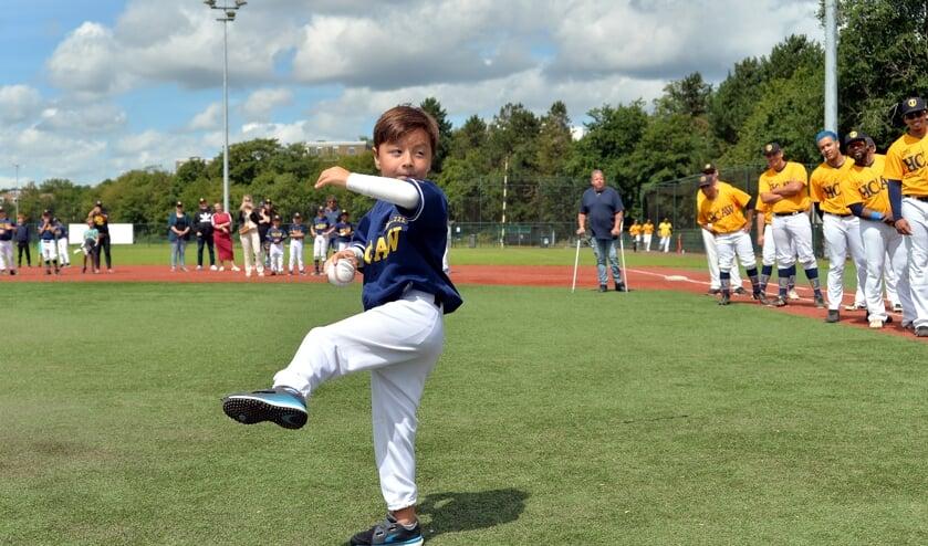 De 5-jarige zoon van HCAW voorzitter Bas Veerman gooit de Traditionele First Pitch van het seizoen.