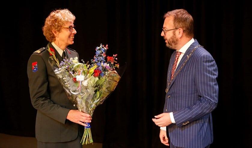 Carla de Vet had gisteren al haar onderscheiding ontvangen en kreeg vandaag bloemen van de gemeente.