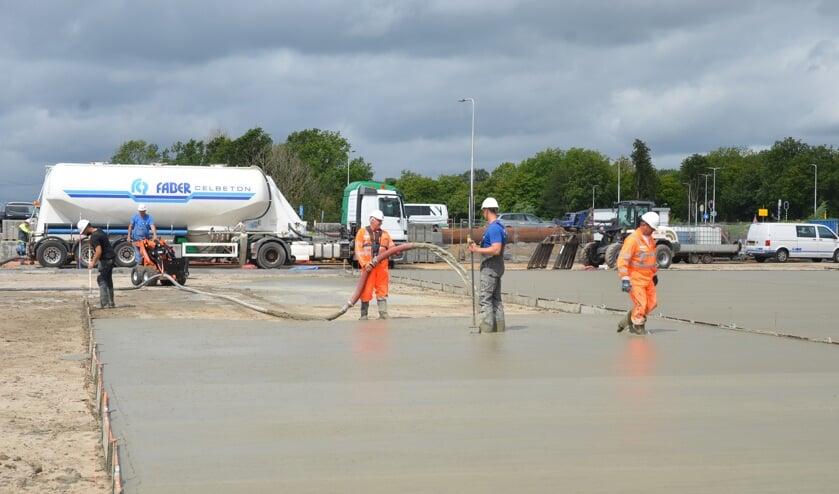 De aanleg van de hockeyvelden op het Brediusterrein ligt goed op schema.