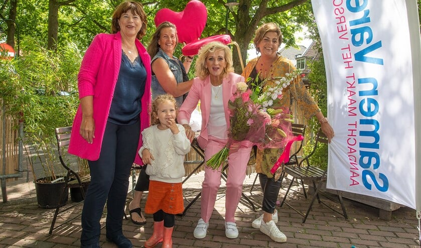 Tineke Schouten nam namens Samen Varen de stoel in ontvangst van Nicole des Bouvrie bij de Poffertjeskraam in Laren.