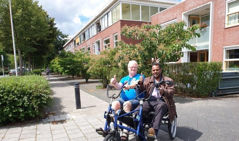 <p>Fietsmaatjes Johan (r) en Gerrit (l) genieten, voor de foto eventjes zonder mondkapje, van de nieuwe duofiets.&nbsp;</p>