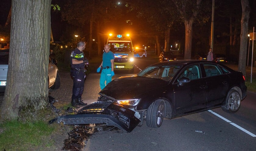 De voorkant van de auto is flink beschadigd na de aanrijding met de boom.
